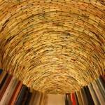 iBlick in das Kunstwerk von Matej Krén mit dem Titel IDIOM, das man in der Prager Stadtbibliothek (1998, Foto Oktober 2010) findet